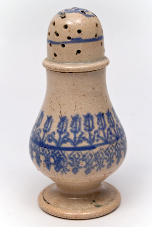 Early 19th Century Blue and White Pepper Pot Tulip Decoration For Sale